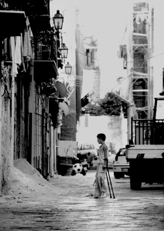 in piedi giocando_Palermo. Paes
